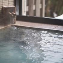 【客室風呂】源泉かけ流しの薬湯で、ぽかぽか温まってください♪