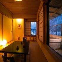 【半露天風呂付8畳】四季折々の眺めと露天檜風呂で、誰にも邪魔されないおふたりだけの空間を。