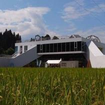 【観光】テーマは「都市と農村の交換」。建物や部屋自体もアート作品のフィールドミュージアム。