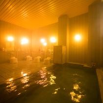 【夜の大浴場】お食事の後は、源泉掛け流しで地下から沸きたての温泉を、大きなお風呂でお愉しみください。
