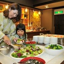 【夕食バイキング】サラダ好きにはうれしい野菜コーナー。ドレッシングも種類豊富です。