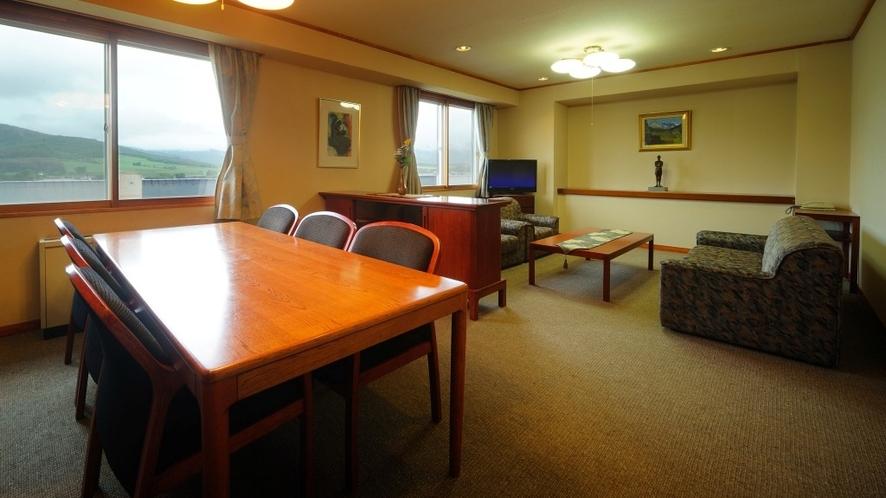 【聴水閣特別室】一般客室の3部屋分、当館一の広さを誇るお部屋。眺望も抜群です