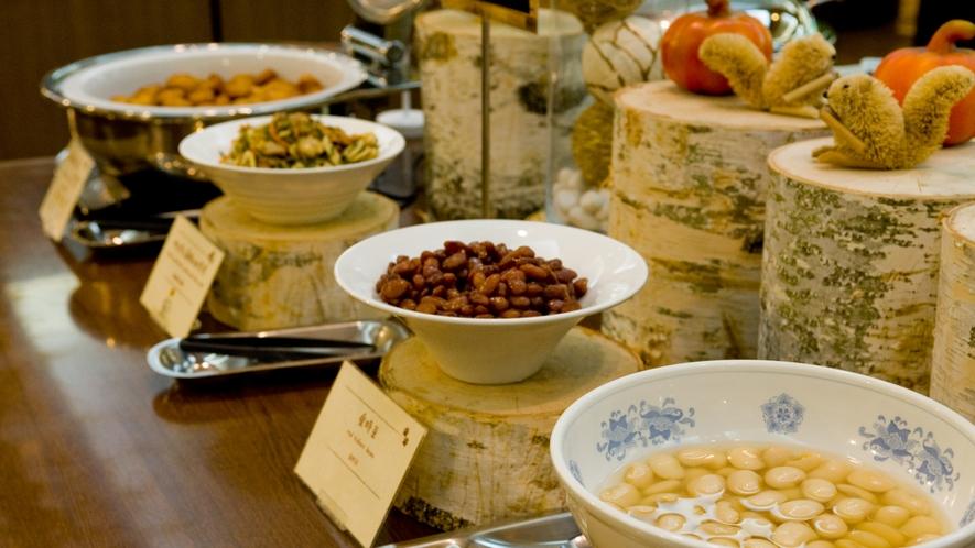 【朝食バイキング】温根湯特産の白花豆の煮物は優しい甘みが人気です。