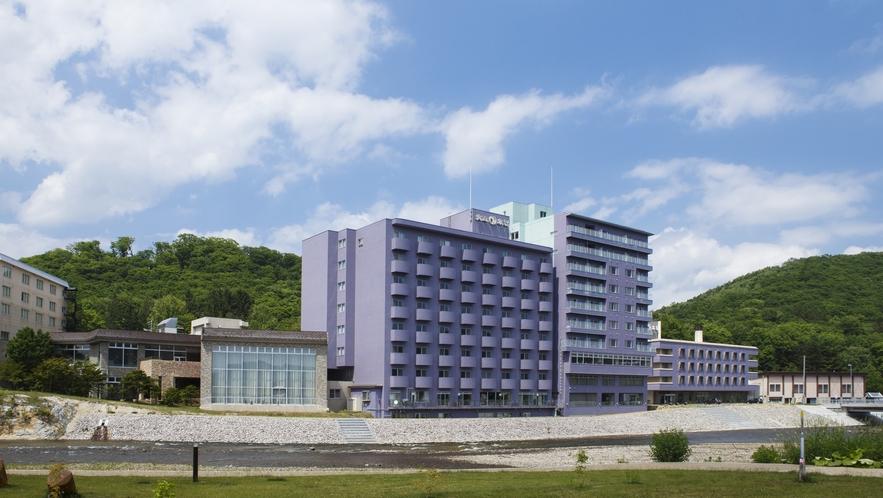 大江本家の外壁は「エゾムラサキツツジ」にちなんだ薄紫色です。