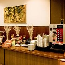 朝食バイキング 目覚めの一杯、コーヒーやジュースの種類も豊富です。