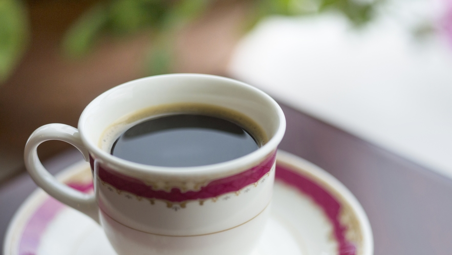 【ロビーラウンジ】無加川を眺めながら飲むコーヒー。くつろぎのひとときを。