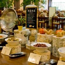【朝食バイキング】地産地消コーナー。温根湯特産の白花豆の煮物や玉ねぎ料理をご用意しております。