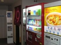1階自動販売機 コカ・コーラの自動販売機はペットボトル160円です。