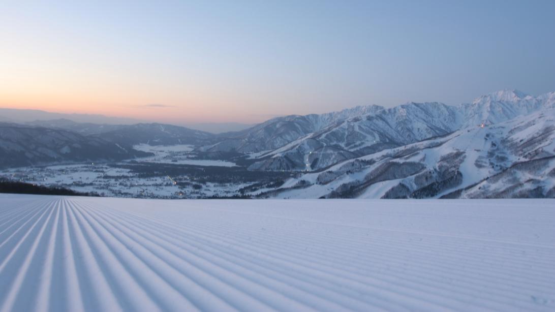 *[白馬の風景/冬]白馬五竜スキー場行きの無料シャトルバス乗り場は当館目の前!