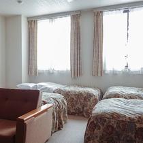 *[洋室フォース]シングルベッド4台とソファを設置。ファミリー、グループでの滞在にぴったり。