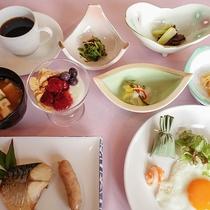 *[朝食一例]基本はごはんとお味噌汁の付いた和朝食。デザート&コーヒー付き♪