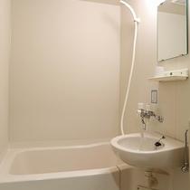 *[客室一例]大浴場もございますが、各客室にもユニットバス付きで便利。