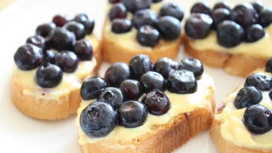 *[夕食一例]季節ごとのフルーツを使った自家製デザート!こちらはブルーベリーカスタードです。