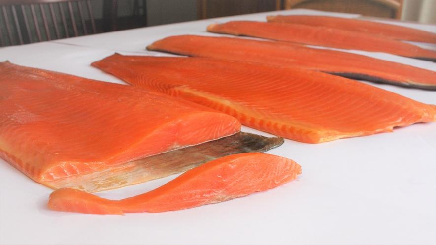 *[自家製スモークサーモン]シンプルな材料で一から手作り!夕食でお楽しみください。