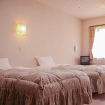 *[和洋室(2名様用)]洋室のツインルームに畳のくつろぎスペースが付いてゆったり過ごせます。