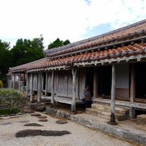 【旧上江洲家】子孫である上江洲さんが島言葉で色々解説してくれます。