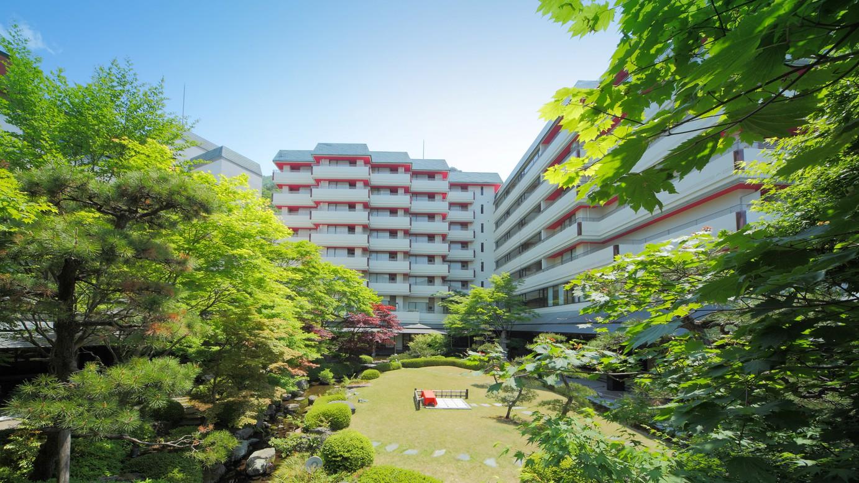 ホテル外観(庭園からみる本館)
