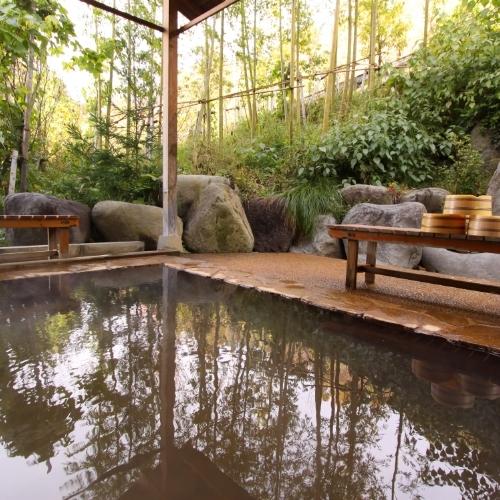 大自然に囲まれてはいる温泉はより一層疲れを癒してくれます。