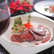 旨味いっぱいの肉汁があふれ出す信州牛のローストビーフはとっても柔らかく、幸せなひと時を楽しめます!