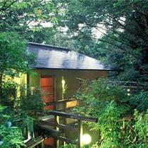 ■森の中に佇む各客室