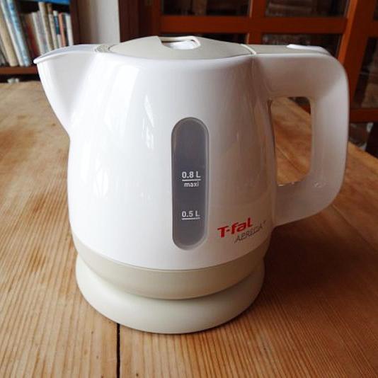 お部屋には湯沸かしポット「T-fal」を置いております。