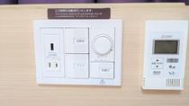 【客室】枕元に照明・エアコンスイッチ、コンセントを設置しています。