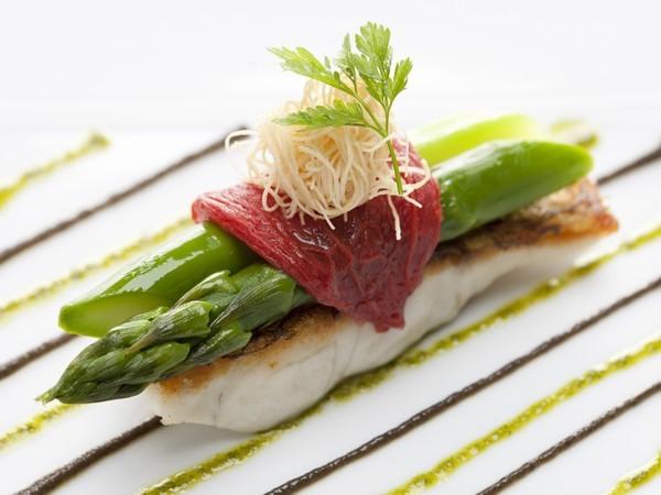 能生漁港より真鯛        トマトとグリーンアスパラガス