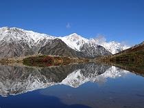晩秋の八方池と初冠雪