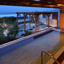 2014年夏、リニューアルオープンした温泉大浴場「海の回廊」(隣接の鴨川グランドホテル内)(無料)