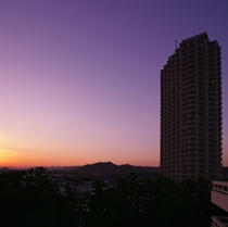 夕暮れに染まる鴨川グランドタワー