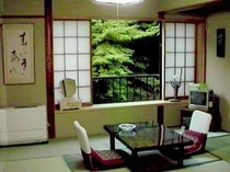 美しい四万川を眺めることができる客室