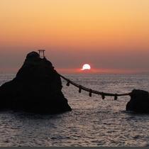 【夫婦岩】天気のいい日には遠く富士山の背から差し昇る日の出が見られます。
