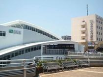 新しい駅舎とホテル外観