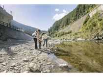 施設前を流れる清流「貴志川」