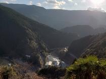 山間に囲まれた自然豊かな立地「ぽつんと一軒宿」