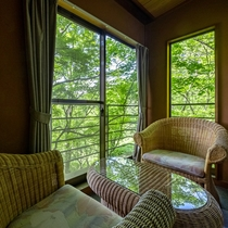 窓際にの椅子に腰かけてのんびりと
