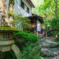 小塚山の懐に佇む、風情ある隠れ宿です