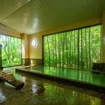100%掛け流しの白濁湯。大きな窓からは竹林が望めます。