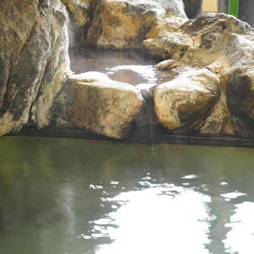 豊富な湯量があふれ出る湯出し口