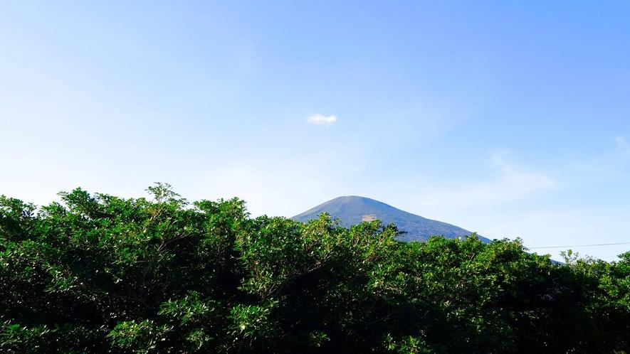 *お部屋(一例)山側のお部屋から望む八丈富士。(c)2020一社)八丈島観光協会