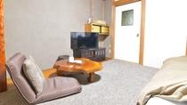 *【部屋一例】洋室シングル 大きな木の天板のテーブルからも温かさが伝わっていきます。