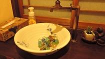 *【お手洗い】中庭に面した女性用お手洗い。こだわりの蛇口と陶器製洗面ボールです♪