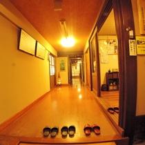 *【玄関】優しい木のぬくもりとレトロな照明が迎えてくれるお宿玄関です。