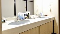 *【洗面台】 共用の洗面台にもアメニティやドライヤーも完備しています。
