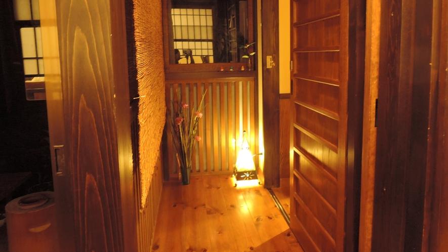 *【廊下】女将のこだわりはお手洗前の廊下にも。アンティーク照明が置かれています。