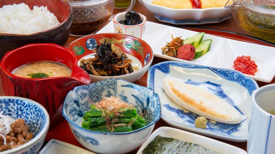 *【朝食例】旅先の朝にぴったりな、ボリューム満点の和朝食です。
