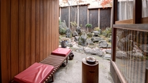 *中庭 ひとつひとつが凝ったインテリアが置かれています。 喫煙スペースは外にございます。