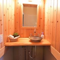 【客室】 客室内洗面台 おしゃれな洗面台にはアメニティもそろっています。
