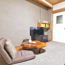 *客室 和洋室シングル 木のテーブルが素敵です。