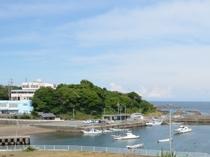 当館の外観手前は国崎漁港